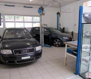 Werkstatt mit Kundenfahrzeugen